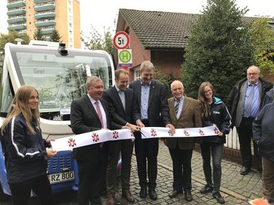 Norbert Brackmann MdB, Landrat Christoph Mager, Bürgermeister Andreas Thiede und Bürgervorsteher Wilhelm Bischoff schneiden das Band durch