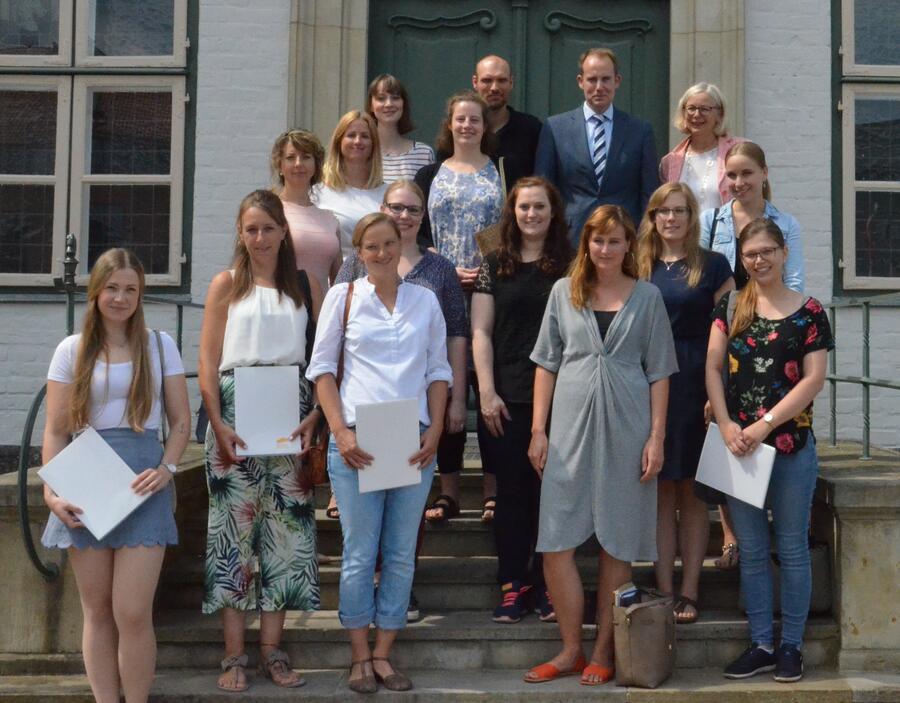 Die frisch vereidigten Nachwuchslehrkräfte mit Landrat Dr. Christoph Mager (ganz hinten zweiter von rechts) und Schulrätin Katrin Thomas (ganz hinten rechts) auf der Treppe vor dem Alten Kreishaus Ratzeburg.