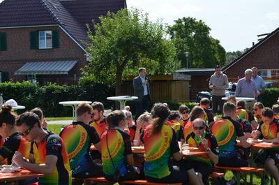 Landrat Christoph Mager begrüßt die Regenbogenfahrer in Bäk