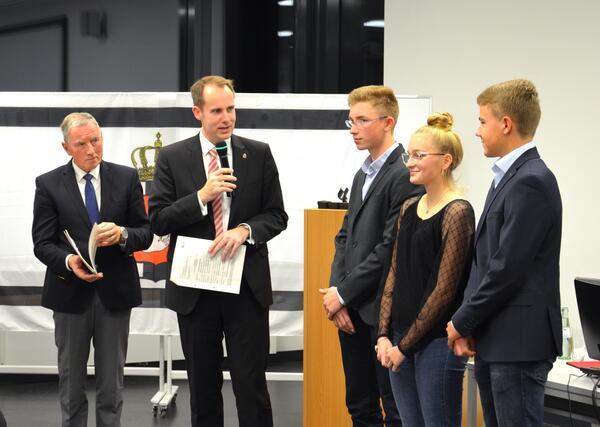 Kreispräsident Meinhard Füller, Landrat Christoph Mager, Johannes Henrik Langhans, Janne-Marit Börger und Malte Machwitz vom Ratzeburger Ruderclub