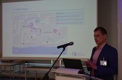 Projektkoordinator Matthias Grote von der TUHH beantwortet Fragen rund um Fahrwege und die Technik des Kleinbusses