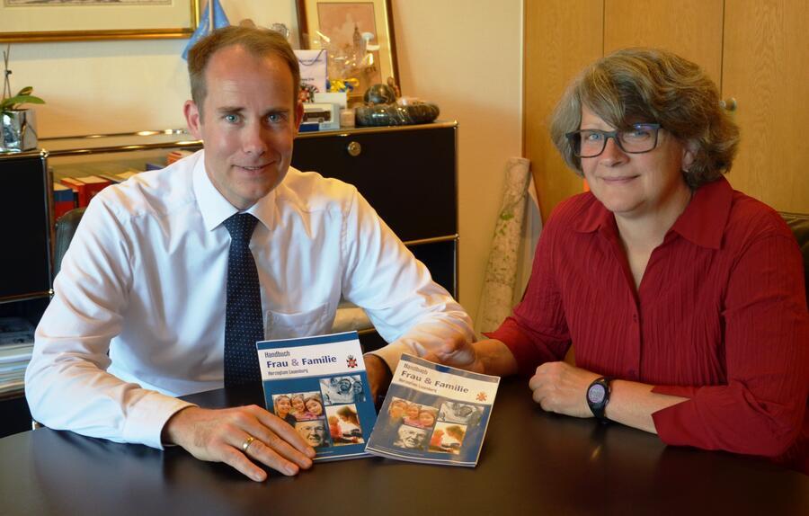 Landrat Dr. Mager und Gleichstellungsbeauftragte Petra Oesterreich